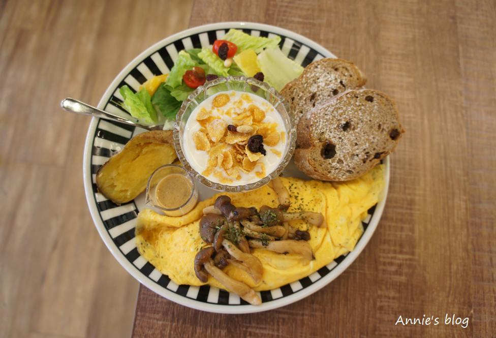新莊早午餐 ║TEMP COFFEE ║ 歐姆蛋捲藏有誘人牽絲 不限時用餐空間