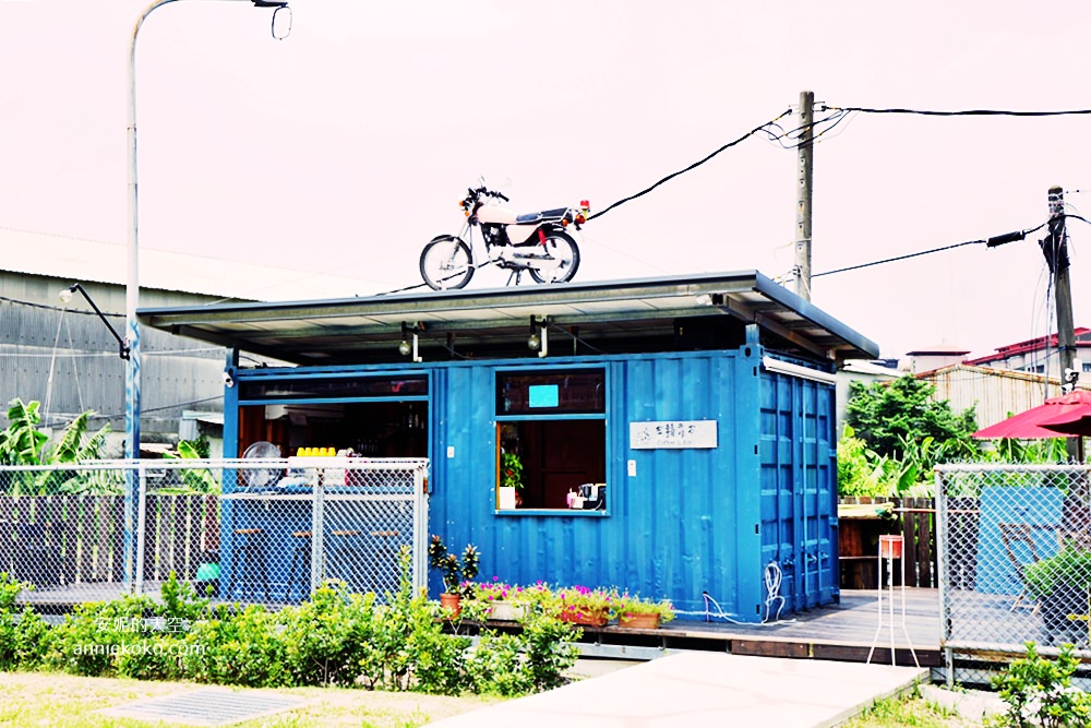 20180809142023 81 - 新莊貨櫃屋│左轉靠右  路邊藍色貨櫃屋  白天是土司加咖啡 晚上化身為嗨翻天的音樂會 鄰近新北產業園區