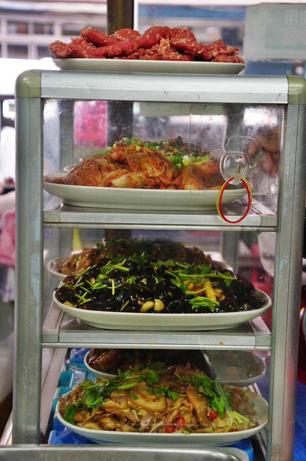 20181022154102 89 - [新竹湖口美食]老五鹹粥 就讓我膽固醇破表吧 沒在客氣的霸氣大龍蝦海鮮粥  走紅多年的波霸滷肉飯果然名不虛傳 小菜員工餐樣樣經典