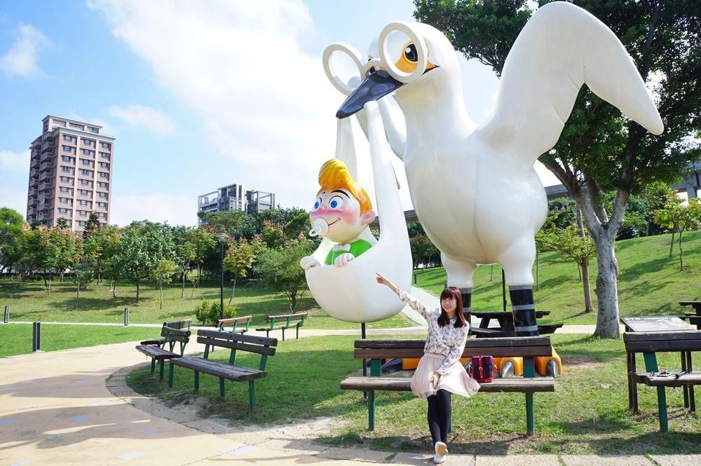20181114232533 51 - [桃園景點]青塘園地景  乘載著夢想的桃機一號  超萌的送子鳥送來幸福 還有適合野餐的大草原