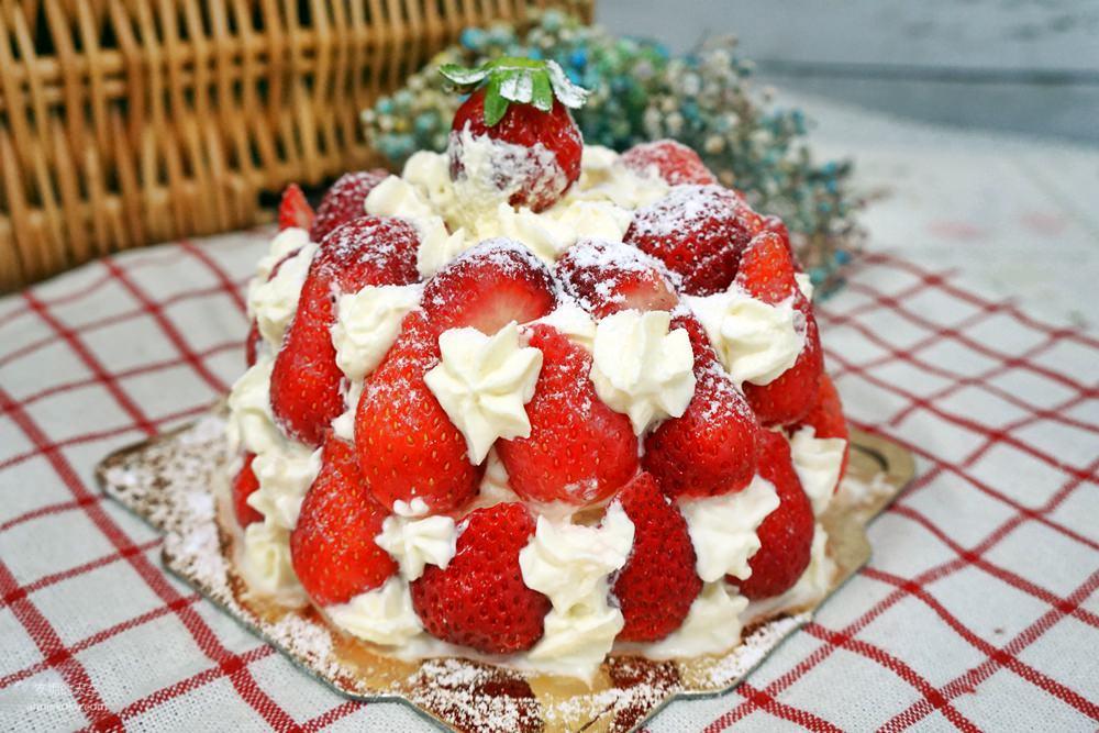 20181230195312 4 - [新莊甜點]浮誇系草莓聖代蛋糕 免排隊搭捷運來就買得到 新莊老店日月香蛋糕店