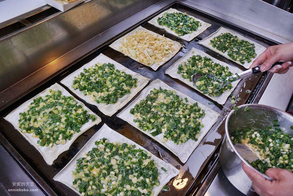 板橋美食  湳雅早市裡的方形蛋餅  滿滿蔥花太浮誇 加辣醬更迷人