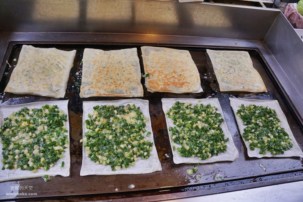 20190415133129 32 - 板橋美食  湳雅早市裡的方形蛋餅  滿滿蔥花太浮誇 加辣醬更迷人