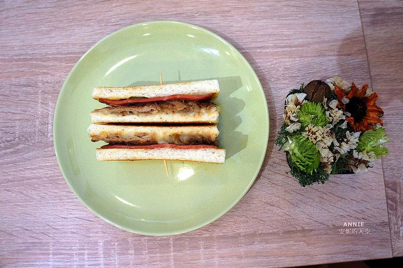 049f2070e3bf77f5aca3ab02be36e6a2 - [中和早餐]  FOOD LIFE福來早餐  原本是為了肉蛋吐司而來 最後愛上起士煉乳炸饅頭 鄰近中和環球百貨