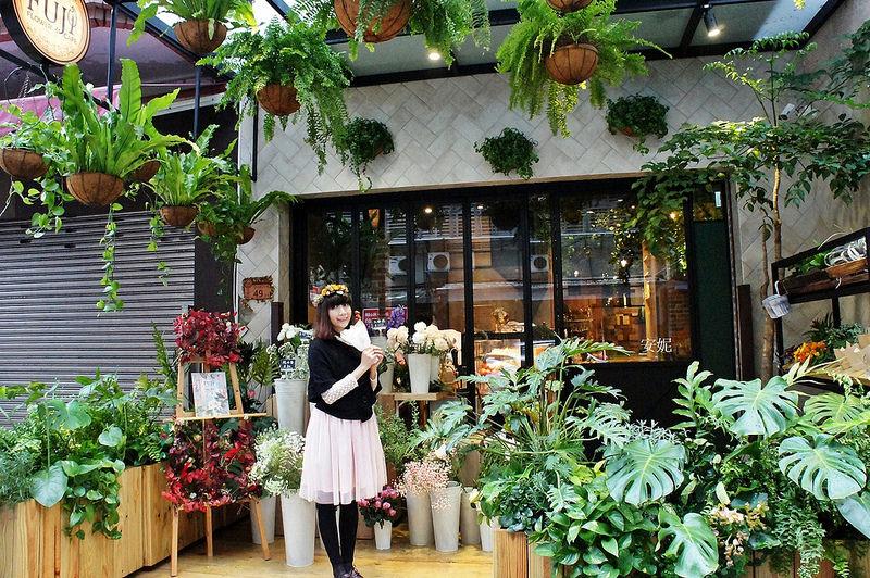 [台北市府站美食] FUJI FLOWER CAFE 彷彿置身森林般的花店餐廳 還可以戴花圈喝下午茶